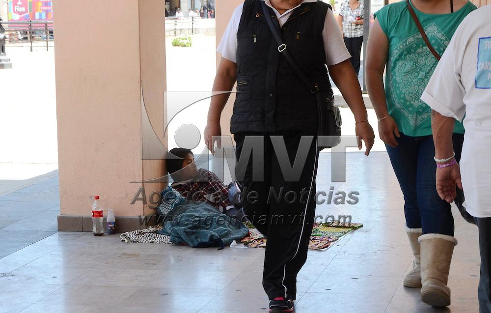 Toluca, México.- Un niño procedente de San Pablo Autopán vende bolsas tejidas de estambre en los portales de la calle 5 de Febrero y Nigromante.  Agencia MVT / José Hernández