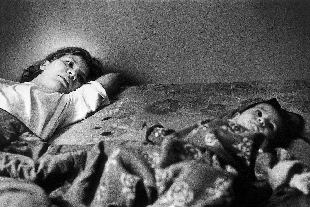 Paris, octobre 1996. Nathalie et sa fille, premier réveil dans un appartement à leur nom.