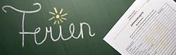 """THEMENBILD - Schulferien, am 04.07.2015 beginnen im Burgenland, Wien und Niederösterreich die Sommerferien. Die restlichen Bundesländer folgen am 11.07.2015. Im Bild hält ein Schüler sein Zeugnis vor den Schriftzug """"Ferien"""" auf einer Schultafel. EXPA Pictures © 2015, PhotoCredit: EXPA/ Jakob Gruber"""