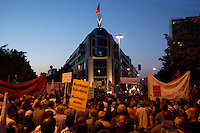 06 SEP 2004, BERLIN/GERMANY:<br /> Montagsdemo gegen die Arbeitsmarktreform Hartz IV vor dem Willy-Brandt-Haus der SPD, Wilhelmstrasse<br /> Demonstration against the economic reforms of the job markt, cuts in unemployment benefits and other forms of social assistance in front of the Willy-Brandt-House, the federal office of the Social Democratic Party of Germany<br /> IMAGE: 20040906-01-013<br /> KEYWORDS: Demonstration, Demonstranten, Protest, Plakat, Transparent