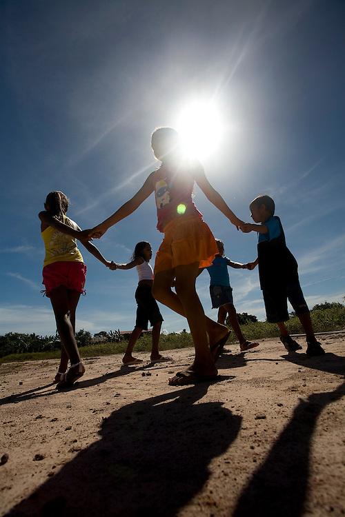 Codo_MA, Brasil...Criancas brincando de ciranda na comunidade Boqueirao dos Vieiras...Children playing in Boqueirao dos Veiras...Foto: LEO DRUMOND /  NITRO