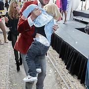 NLD/Amsterdam/20120601 - Uitreiking Talkies Terras Awards 2012, Xander de Buisonje en partner Sophie Steger met zoon Dex