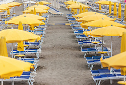 THEMENBILD - leere Strandliegen und Sonnenschirme am Strand. Lignano ist ein beliebter Badeort an der italienischen Adria-Küste, aufgenommen am 15. Juni 2019, Lignano, Italien // empty beach chairs and parasols on the beach. Lignano is a popular seaside resort on the Italian Adriatic coast on 2019/06/15, Lignano Sabbiadoro, Italy. EXPA Pictures © 2019, PhotoCredit: EXPA/ Stefanie Oberhauser