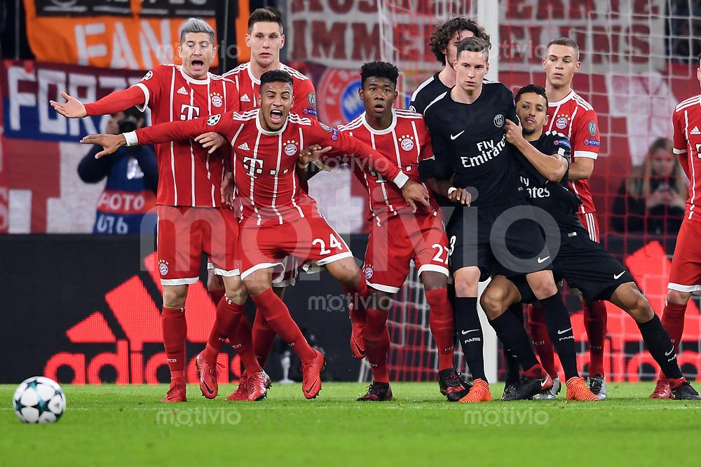 FUSSBALL CHAMPIONS LEAGUE SAISON 2017/2018 GRUPPENPHASE FC Bayern Muenchen - Paris Saint-Germain               05.12.2017 Volle Action in der Bayern Mauer (v.l.: Robert Lewandowski, Niklas Suele, Corentin Tolisso, David Alaba und Joshua Kimmich)