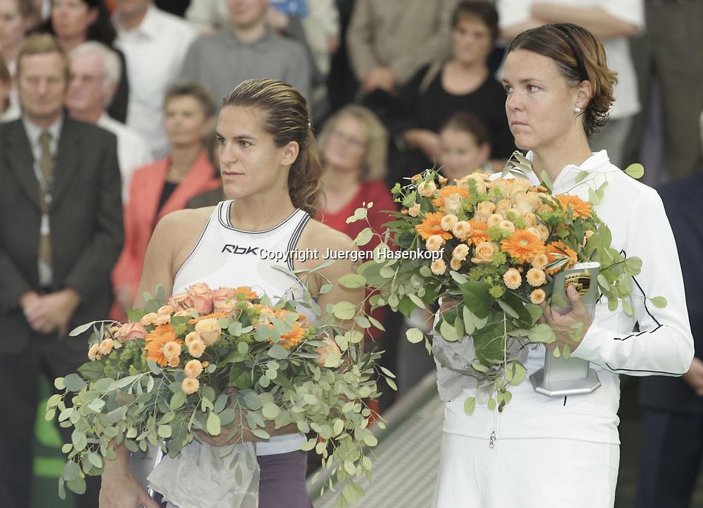 Porsche Tennis Grand Prix Turnier in Stuttgart-Filderstadt, L-R. Amelie Mauresmo (FRA) und Siegerin Lindsay Davenport (USA), 09.10.2005.Siegerehrung,