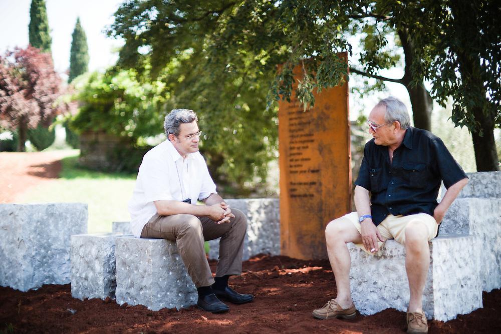 Sagrado (Gorizia) - Il parco Ungaretti, presso l'azienda agricola Castelvecchio - L'arch. Paolo Bornello, autore del progetto, Gianfranco Trombetta, direttore del parco