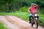 Sao Roque de Minas_MG, Brasil...Parque Nacional da Serra da Canastra em Sao Roque de Minas, Minas Gerais. Na foto homem andando de moto...Serra da Canastra National Park in Sao Roque de Minas, Minas Gerais. In this photo a man with motorcycle...Foto: JOAO MARCOS ROSA / NITRO...