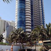 Vakantie Miami Amerika, hotel, torenflat, hoog, verdiepingen, zwembad, toeristen, zwemmen, palmbomen, palmboom, kind, ouder, moeder
