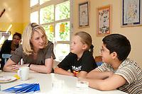 24 AUG 2009, BERLIN/GERMANY:<br /> Manuela Schwesig, SPD, Sozialministerin Mecklenburg-Vorpommern und Mitglied im Team S teinmeier, im Gespraqech mit Vanessa Pruegel (10 Jahre), und Hassan Onat (10 Jahre alt), (v.L.n.R.), waehrend dem Besuch des Familienzentrums Mehringdamm, Berlin-Kreuzberg<br /> IMAGE: 20090824-03-079<br /> KEYWORDS: Kind, Kinder, Kindergarten, Gespräch, Gespraech