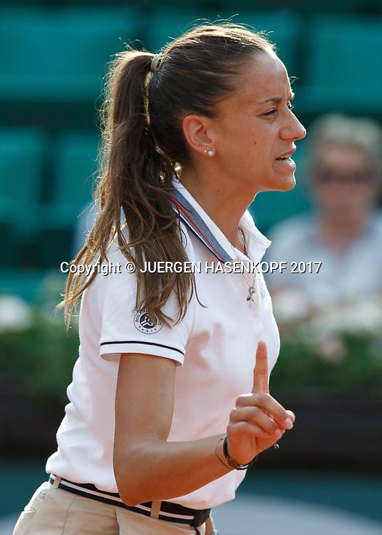 French Open Feature, Marijana Veljovic (SRB) gibt den Ball aus mit einem Fingerzeig,Gestik,<br /> <br /> Tennis - French Open 2017 - Grand Slam / ATP / WTA / ITF -  Roland Garros - Paris -  - France  - 1 June 2017.