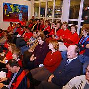 Raadscommisie beslist over de v/d Brugghenschool Huizen, ouders leerlingen met rode shirts