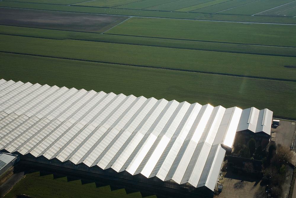 Nederland, Zuid-Holland, Gemeente Nieuwkoop, 11-02-2008; Ter Aar: glas van kassen spiegelt in de zon van het het polderland ten westen van Ter Aar; polderlandschap, polder, agrarische industrie, bio industrie, glastuinbouw, kassenbouw, tuinbouw, energie, intensief ruimtegebruik, glas, kas, kassen, glastuinbouw, tuinbouw, CO2 uitstoot.  .luchtfoto (toeslag); aerial photo (additional fee required); .foto Siebe Swart / photo Siebe Swart