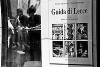 Lecce - Salento - Turisti in secondo piano. In primo piano una tipica guida di Lecce: gli ultimi anni hanno visto il proliferare di guide turistiche sulla città, proporzionalmente all'aumento del settore turistico.