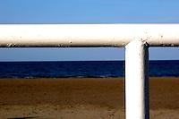 Sabbia, mare e transenne