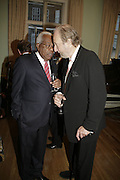 Sir Trevor Macdonald and Ed Victor, Andrew Roberts and Susan Gilchrist celebrate the publication of 'A History of The English-Speaking Peoples since 1900' English Speaking Union. Charles St. London. 11 September 2006. ONE TIME USE ONLY - DO NOT ARCHIVE  © Copyright Photograph by Dafydd Jones 66 Stockwell Park Rd. London SW9 0DA Tel 020 7733 0108 www.dafjones.com