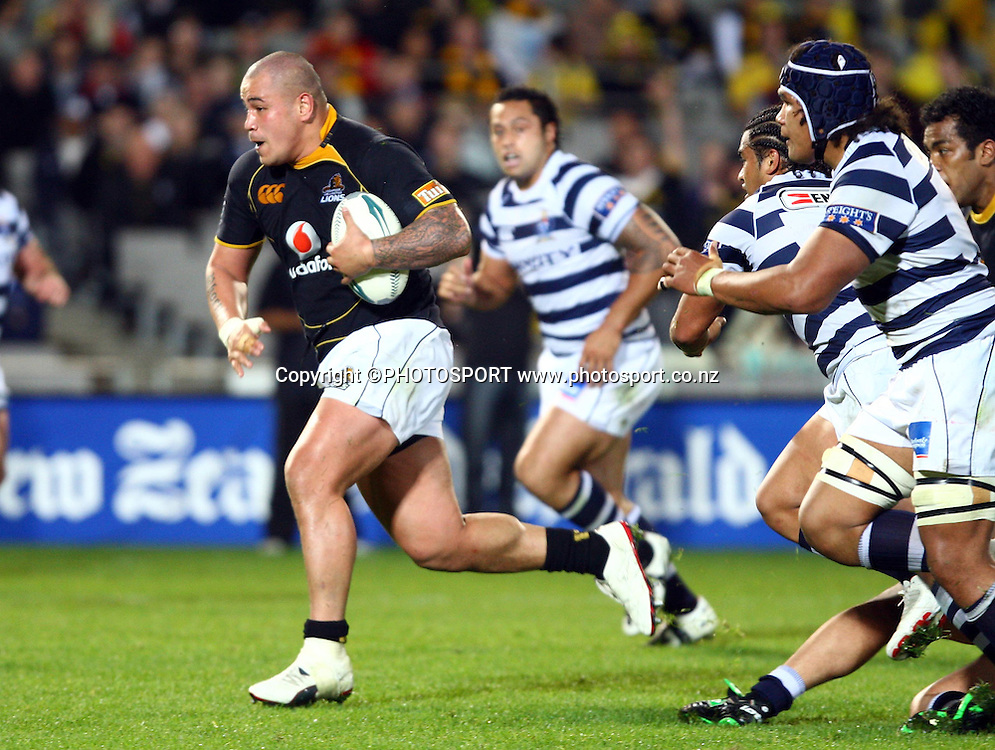 John Schwalger makes a break for Wellington.<br />