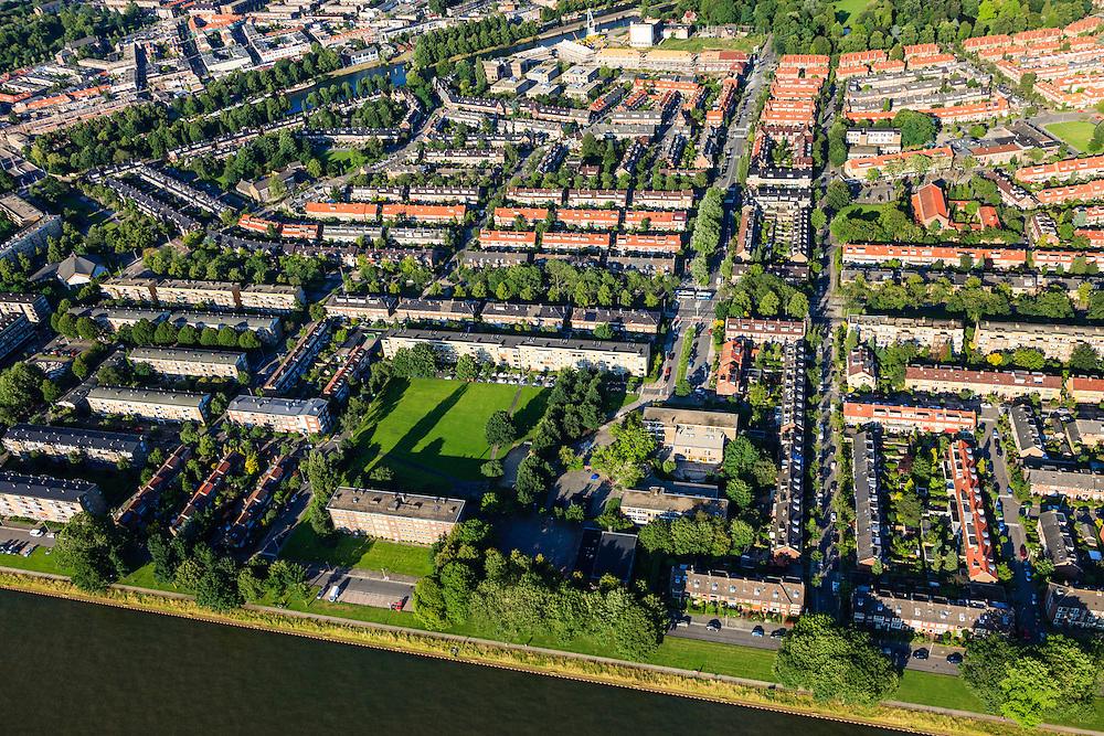 Nederland, Utrecht, Utrecht, 15-07-2012; de wijk Halve Maan, direct naast het Amsterdam-Rijnkanaal. De wijk maakt onderdeel van uit van het stadsdeel Oog en Al en stamt uit de  jaren vijftig, de wederopbouwperiode. Kenmerkend zijn laagbouw en portiek-flats. Midden het groen van het Victor Hugoplantsoen..Overview of the Halve Maan (Crescent) neighborhood, part of district Eye and Al. Low-rise flats and single-family houses. The neighborhood dates from the fifties, the post-war reconstruction period..luchtfoto (toeslag), aerial photo (additional fee required).foto/photo Siebe Swart