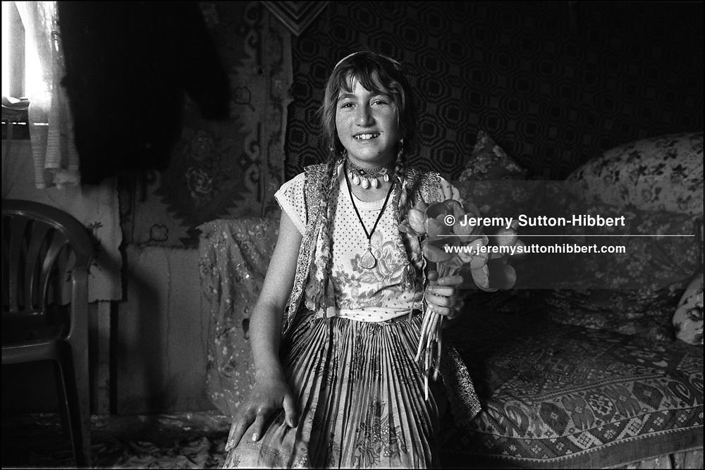 ZAMBILA MIHAI. SINTESTI, ROMANIA. MAY 1997..©JEREMY SUTTON-HIBBERT 2000..TEL./FAX. +44-141-649-2912..TEL. +44-7831-138817.
