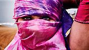 Cabeza de mujer joven cubierta con velos. Sesión en las dunas de Concón, Chile.