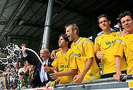 27-05-2007: Voetbal: VVV Venlo - RKC Waalwijk: Venlo<br /> RKC Waalwijk is gedegradeerd naar de Jupiler League.<br /> De champagne vloeit rijkelijk na afloop. Dirk Jan Derksen spuit de champagne over de supporters uit.<br /> foto : Geert van Erven