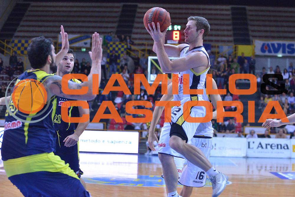 DESCRIZIONE : Verona Campionato Lega A2 2012-2013 Tezenis Verona Sigma Barcellona <br /> GIOCATORE : mickey mcconnell <br /> CATEGORIA :  passaggio<br /> SQUADRA : Tezenis Verona Sigma Barcellona <br /> EVENTO : Campionato Lega A2 2012-2013<br /> GARA : Tezenis Verona Sigma Barcellona<br /> DATA : 27/10/2012<br /> SPORT : Pallacanestro <br /> AUTORE : Agenzia Ciamillo-Castoria/M.Gregolin<br /> Galleria : Lega Basket A2 2012-2013 <br /> Fotonotizia : Verona Campionato Lega A2 2012-2013 Tezenis Verona Sigma Barcellona<br /> Predefinita :