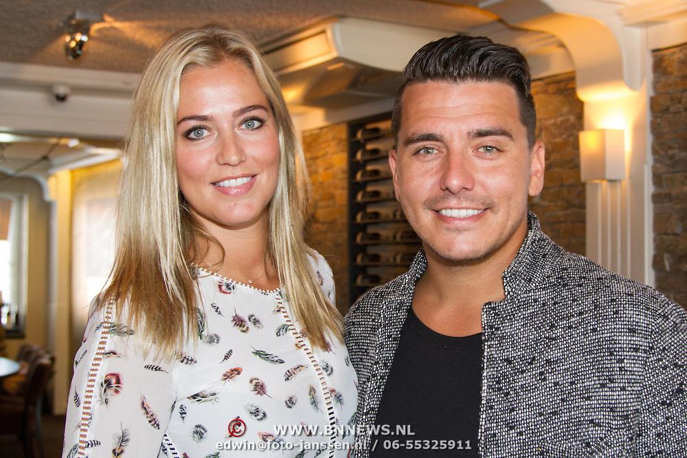 NLD/Volendam/20160831 -  Jan Smit en Kim-Lian van der Meij onthullen cover 100 % NL Magazine, Jan Smit en partner Liza Smit