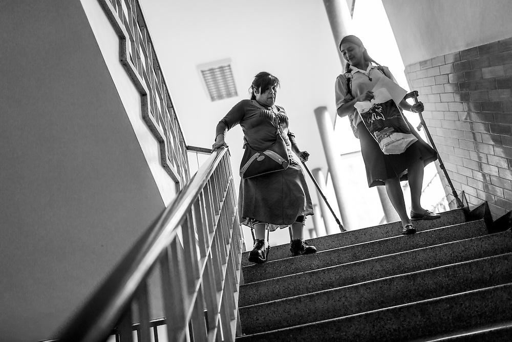 La psicólogo clínico, Carolina Mora (i) baja las escaleras junto a una novicia en el Centro de Estudios Religiosos (CER) de Altamira. Caracas, 12 de junio de 2014. (Foto/Ivan Gonzalez)