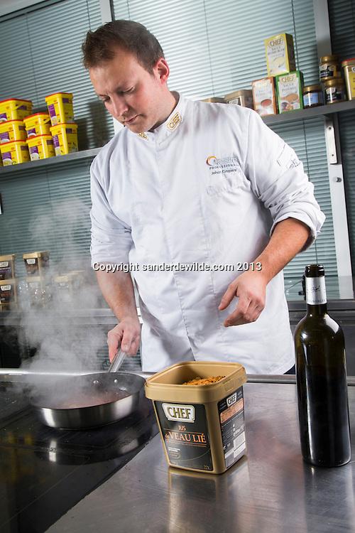 Chef jus in Vlokken Nestlé. Nieuw produkt van Nestlé gepresenteerd door kok Johan Cuypers.