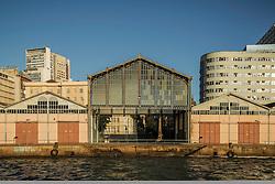 Vista para o o Pórtico Central do Cais Mauá, na zona portuária de Porto Alegre. A área, composta por 16 armazéns e 3 docas em uma extensão de 3.240m de comprimento, é administrada pela Superintendência de Portos e Hidrovias (SPH) e está arrendada para um polêmico projeto de revitalização que prevê mais de 181 mil m² dedicados a cultura, lazer, gastronomia, turismo, negócios e eventos. O Pórtico Central e seu armazéns portuários são tombados pelo Instituto do Patrimônio Histórico e Artístico Nacional (IPHAN). FOTO: Gustavo Roth / Agência Preview