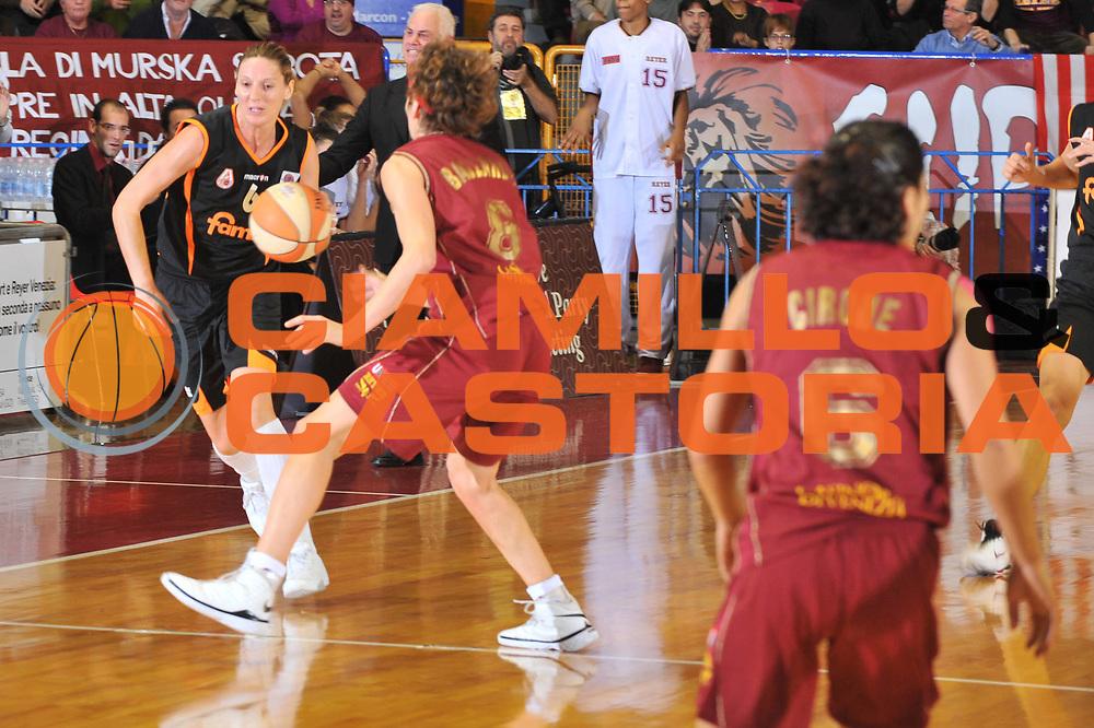 DESCRIZIONE : Venezia LBF Umana Reyer Venezia Famila Schio<br /> GIOCATORE : Andrey Sauret Giliespie<br /> SQUADRA : Famila Schio<br /> EVENTO : Campionato Lega Basket Femminile A1 2009-2010<br /> GARA : Umana Reyer Venezia Famila Schio<br /> DATA : 13/12/2009 <br /> CATEGORIA : Palleggio<br /> SPORT : Pallacanestro <br /> AUTORE : Agenzia Ciamillo-Castoria/M.Gregolin<br /> Galleria : Lega Basket Femminile 2009-2010<br /> Fotonotizia : Venezia LBF  Umana Reyer Venezia Famila Schio<br /> Predefinita :