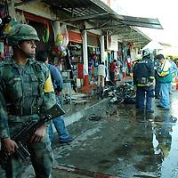 Toluca, Mex. Una explosión registrada en un puesto de cohetes, dentro de un mercado en la colonia El Seminario de esta ciudad, causó gran alarma entre los vecinos del lugar, registrandose solamente daños materiales y la movilización de cuerpos de seguridad. Agencia MVT / José Hernández. (DIGITAL)<br /> <br /> NO ARCHIVAR - NO ARCHIVE