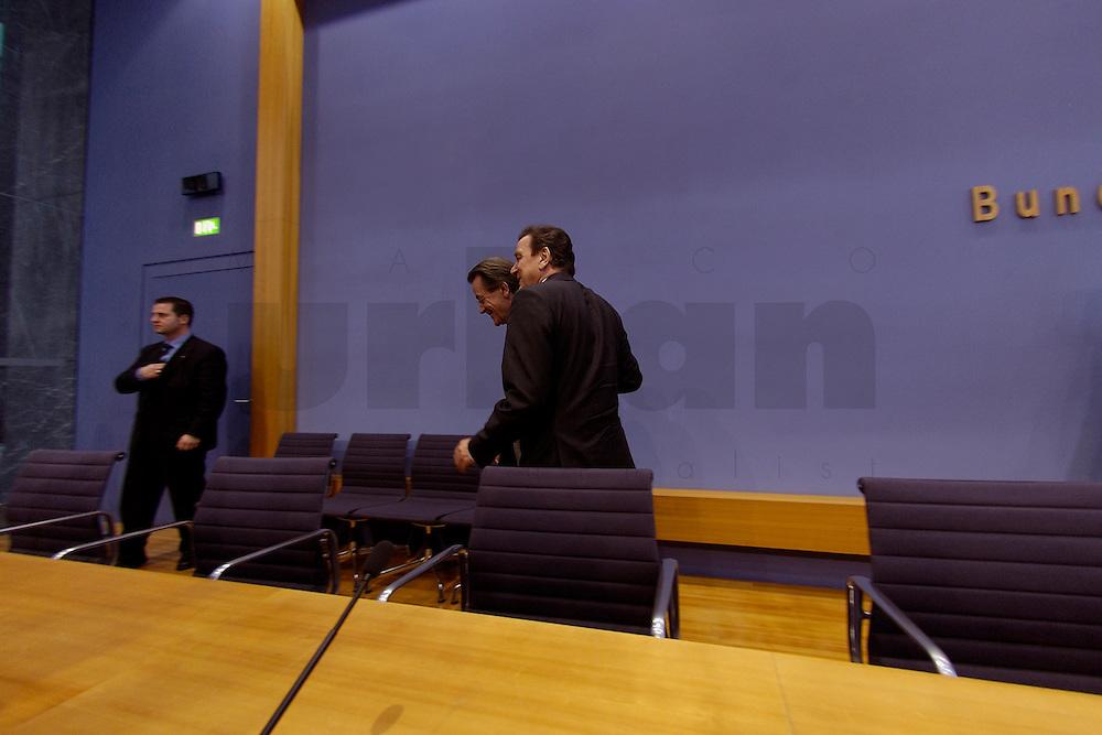 06 FEB 2004, BERLIN/GERMANY:<br /> Franz Muentefering (L), SPD Fraktionsvorsitzender, und Gerhard Schroeder (M), SPD, Bundeskanzler und SPD Parteivorsitzender, verlassen den Saal nach Ende der Pressekonferenz zur Bekanntgabe von Schroeders Ruecktritt vom Parteivorsitz, Bundespressekonferenz<br /> IMAGE: 20040206-03-043<br /> KEYWORDS: Gerhard Schr&ouml;der, Franz M&uuml;ntefering, BPK, R&uuml;cktritt,