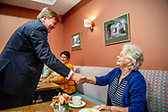 AMERSFOORT - Koning Willem-Alexander en minister De Jonge van Volksgezondheid, Welzijn en Sport tijdens een werkbezoek aan het Sint Elisabeth Verpleeg- en Gasthuis (EVG) in Amersfoort. De organisatie biedt zorg aan oudere mensen met dementie. ANP ROYAL IMAGES ROBIN UTRECHT **NETHERLANDS ONLY** ROBIN UTRECHT