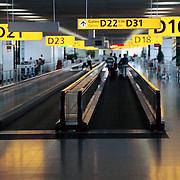 Gates naar de vliegtuigen Schiphol, roltrappen, rolbanen,
