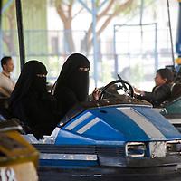 Au parc Assabaeen, l'un des deux parc d'attraction de Sanaa, assidument frequentees par les femmes. Un jour leur ai meme reserve. Ghada, Alia, Lemia et Yasmine s'y rendent regulierement...At Assabaeen amusement parc, one of the two amusement parcs of Sanaa, where a lot of women go. On Tuesdays, only women are allowed in the parc. Ghada, Alia, Lemia et Yasmine go there on a regular basis.