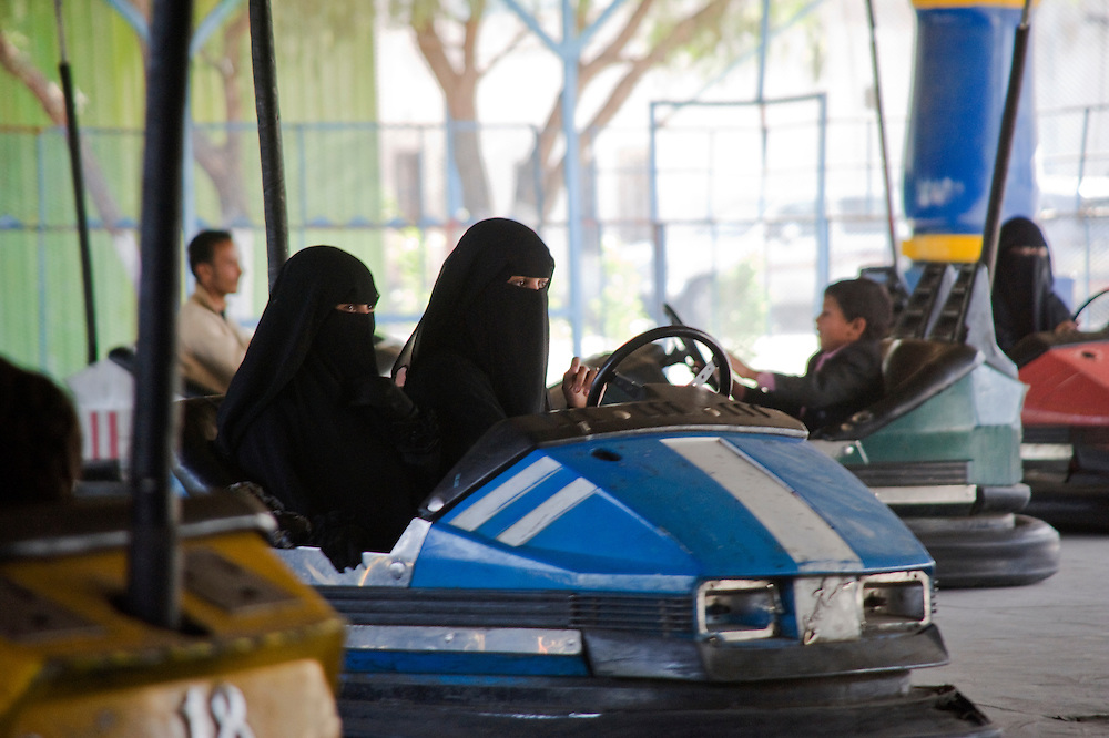 Au parc Assabaeen, l'un des deux parc d'attraction de Sanaa, assidument frequentees par les femmes. Un jour leur ai meme reserve. Ghada, Alia, Lemia et Yasmine s'y rendent regulierement...At Assabaeen amusement parc, one of the two amusement parcs of Sanaa, where a lot of women go. On Tuesdays, only women are allowed in the parc. Ghada, Alia, Lemia et Yasmine go there on a regular basis.