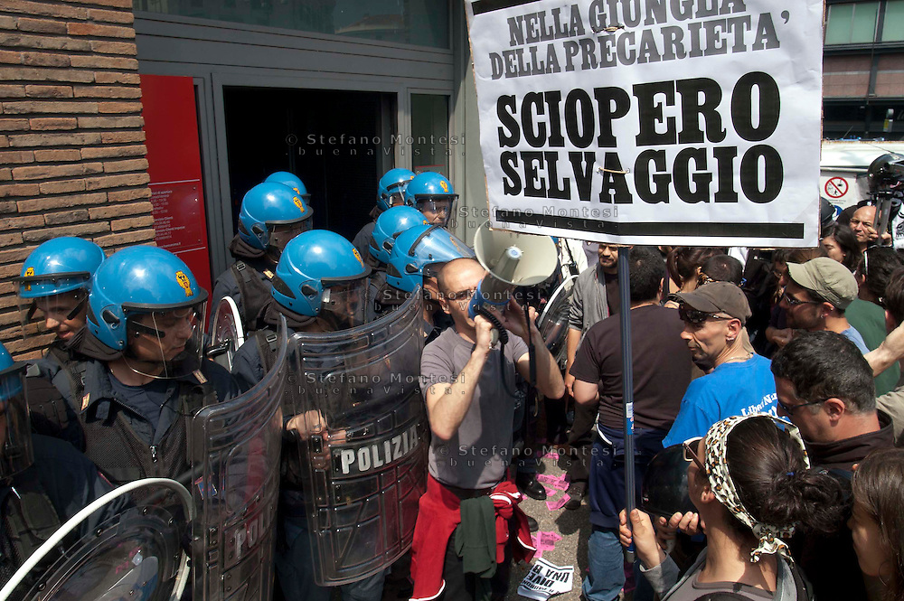 Roma 6 Maggio 2011.Sciopero Selvaggio  di studenti e lavoratori precari contro le politiche del governo Belusconi sul lavoro.Manifestanti picchettano  l'ingresso di una banca in via Salaria, controllati dalla Polizia.Rome May 6 th 2011  .Wild Strike, of students and precarious workers, against the politics of the government Belusconi on the job  .Protesters blocking the entrance to a bank in the Via Salaria, checked by the Police  ..