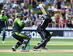 New Zealand's Martin Guptill, right, bats in front of Pakistan's Sarfraz Ahmed in the fifth one day International Cricket match, Basin Reserve, Wellington, New Zealand, Friday, January 19, 2018