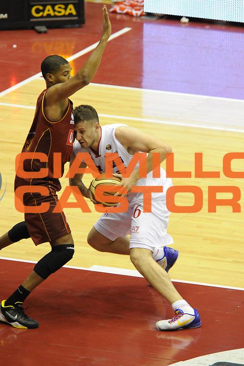 DESCRIZIONE : Milano Lega A 2011-12 EA7 Emporio Armani Milano Umana Venezia Play off gara 1<br /> GIOCATORE : Stefano Mancinelli<br /> CATEGORIA : equilibrio <br /> SQUADRA :  EA7 Emporio Armani Milano<br /> EVENTO : Campionato Lega A 2011-2012 Play off gara 1 <br /> GARA : EA7 Emporio Armani Milano Umana Venezia<br /> DATA : 18/05/2012<br /> SPORT : Pallacanestro <br /> AUTORE : Agenzia Ciamillo-Castoria/ GiulioCiamillo<br /> Galleria : Lega Basket A 2011-2012  <br /> Fotonotizia : Milano Lega A 2011-12 EA7 Emporio Armani Milano Umana Venezia Play off gara 1<br /> Predefinita :