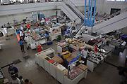 El Mercado de Mariscos está localizado en la Avenida Balboa en la entrada al barrio San Felipe. Fue creado por la Alcaldía de Panamá con la ayuda de la Agencia de Cooperación Técnica de Japón con propósito albergar en un solo lugar a los vendedores de productos del mar y así cumplir con las normas sanitarias exigidas internacionalmente. También es ventajoso para los compradores, porque el precio esta siempre mejor que en el supermercado. Panama  City.©Victoria Murillo/Istmophoto.com
