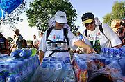 Nederland, Bemmel, 18-7-2006..Verkoeling voor de lopers van de 4 daagse. Later werd in Nijmegen bekend dat er wandelaars overleden zijn, en werd het evenement voor het eerst in haar geschiedenis afgelast...Foto: Flip Franssen/Hollandse Hoogte