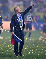 FUSSBALL  WM 2018  FINALE  ------- Frankreich - Kroatien    15.07.2018 Trainer Didier Deschamps (Frankreich) jubelt mit der Frankreich Fahne