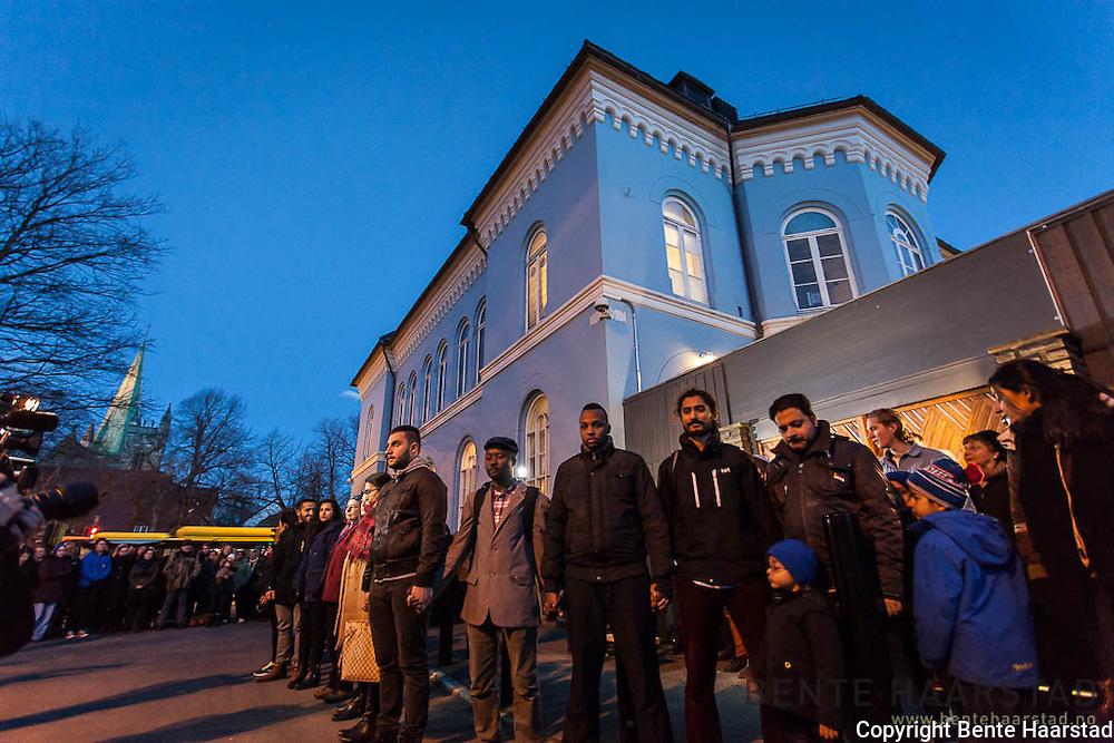 """Fredsringen ved den jødiske synagoen i Trondheim, en aksjon mot antisemittisme og terror. People gather to form a """"ring of peace"""" around The  Synagogue of Trondheim, Norway."""