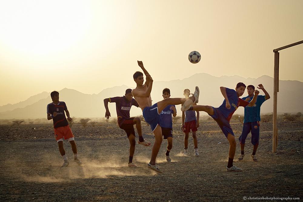 Fußball spielende Jugendliche in Oman