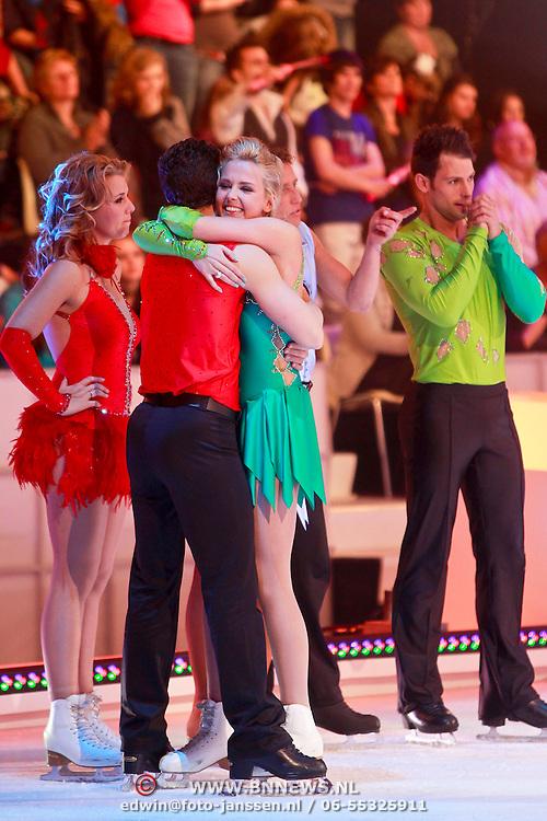 NLD/Hilversum/20110326 - 9de Liveshow Sterren Dansen op het IJs, Monique Smit wordt omhelst door Ryan Schollert