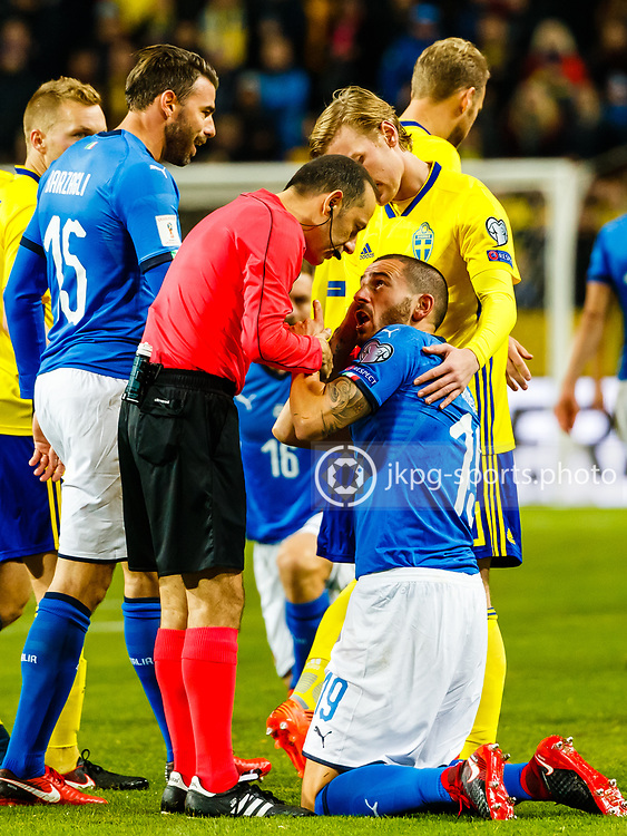 2017-11-10 Fotboll, Play off Sverige - Italien:<br /> (19) Leonardo Bonucci, (ITA) beklagar sig f&ouml;r domaren C&uuml;net Cakir, (TUR).<br /> <br /> Foto: Daniel Malmberg/Jkpg sports photo/Expressen
