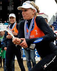 03-06-2012 VOLLEYBAL: EK BEACHVOLLEYBAL FINAL: SCHEVENINGEN<br /> (L-R) Champagne voor Marleen van Iersel, Sanne Keizer<br /> &copy;2012-FotoHoogendoorn.nl