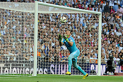 09.05.2015, Estadio Santiago Bernabeu, Madrid, ESP, Primera Division, Real Madrid vs FC Valencia, 36. Runde, im Bild Valencia´s goalkeeper Diego Alves // during the Spanish Primera Division 36th round match between Real Madrid CF and Valencia FC at the Estadio Santiago Bernabeu in Madrid, Spain on 2015/05/09. EXPA Pictures © 2015, PhotoCredit: EXPA/ Alterphotos/ Luis Fernandez<br /> <br /> *****ATTENTION - OUT of ESP, SUI*****