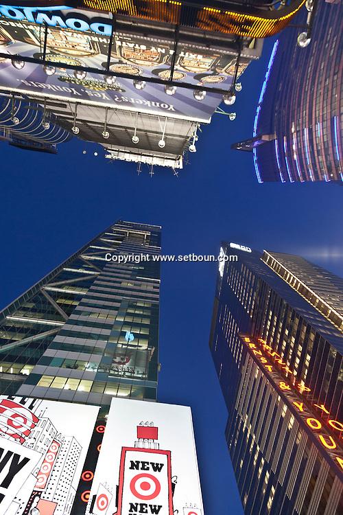 New York. Times square. new skyscrappers, the head centers of worldwide companies ,Times square architecture. / nouveaux gratte-ciels. les nouveaux sieges des multinationales , contre plongeee architecture . Times square   New york - Etats unis