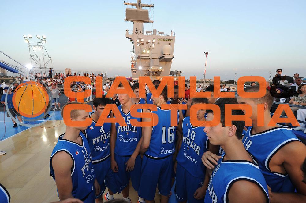 DESCRIZIONE : Taranto Basket On Board sulla portaerei Cavour  Nazionale Italia Under 18 Maschile Svezia <br /> GIOCATORE : team<br /> CATEGORIA : curiosita pre game fair play<br /> SQUADRA : Nazionale Italia Under 18 <br /> EVENTO :  Basket On Board sulla portaerei Cavour<br /> GARA : Nazionale Italia Under 18 Maschile Svezia <br /> DATA : 12/07/2012 <br />  SPORT : Pallacanestro<br />  AUTORE : Agenzia Ciamillo-Castoria/GiulioCiamillo<br />  Galleria : FIP Nazionali 2012<br />  Fotonotizia : Taranto Basket On Board sulla portaerei Cavour  Nazionale Italia Under 18 Maschile Svezia <br />  Predefinita :